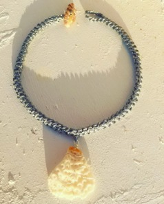 gehaakte ketting met stukje koraal.jpg KL